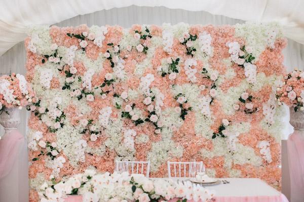 Blumenwand aus kuenstlichen blumen